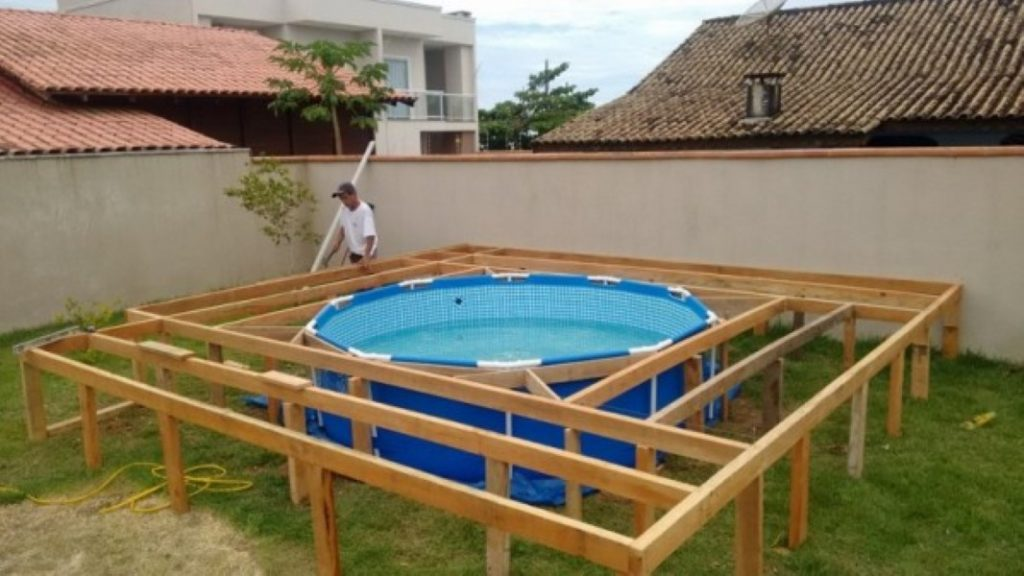 He can 39 t afford his own swimming pool but what he builds for Schema piscine a debordement